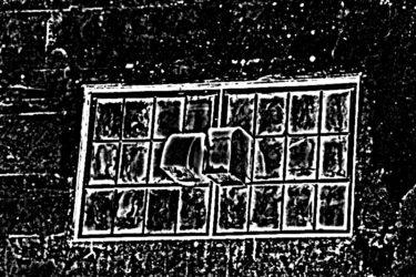 向かいの窓の影